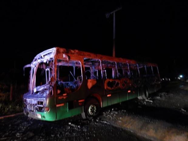Ônibus ficou destruído após ataque em Chapecó (Foto: Eduardo Cristófoli/RBS TV)