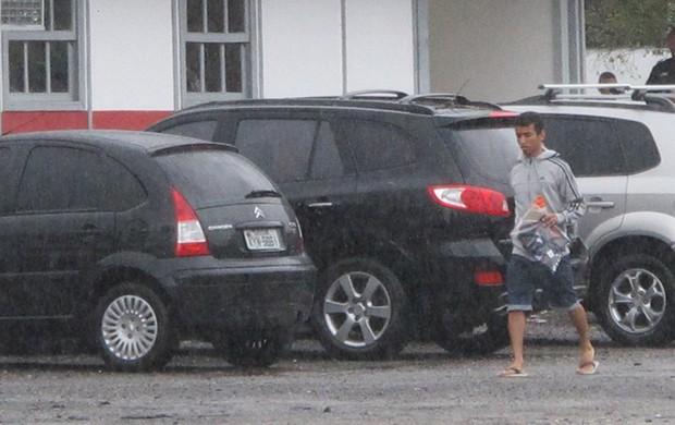 Rafinha deixa o treino do Flamengo sob chuva  (Foto: Richard Souza)