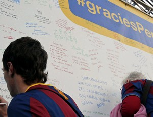 Torcedores do Barcelona escrevem mensagens de agradecimento a Guardiola (Foto: EFE)