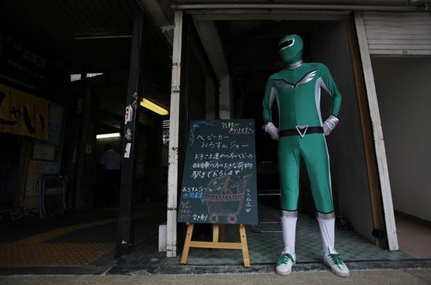Com uma roupa verde, super-herói está em ação há três meses (Foto: Yuya Shino/Reuters)