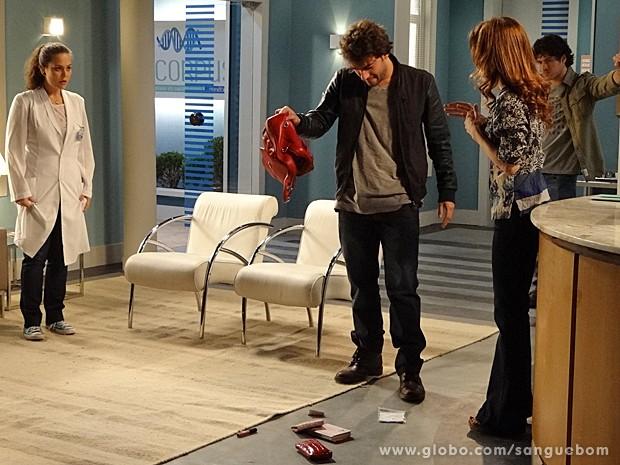 Fabinho joga todo o conteúdo da bolsa de Socorro no chão (Foto: Sangue Bom/TV Globo)