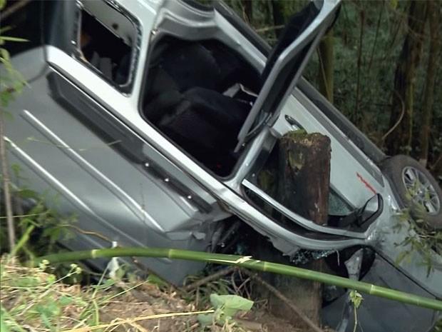 Carro ficou preso por um tronco após acidente entre Inconfidentes e Ouro Fino (Foto: Edson de Oliveira / EPTV)