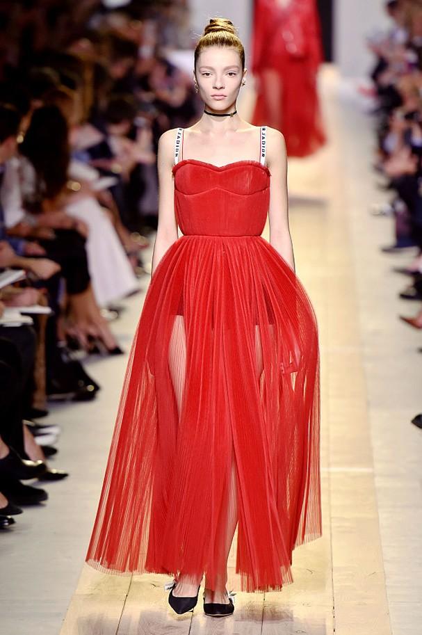 Tule vermelho no desfile da Dior (Foto: Getty Images)