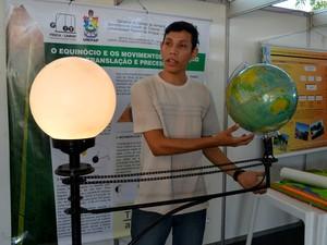 Estudante Enoquio Barbosa explicou como acontece o fenômeno (Foto: Jorge Abreu/G1)