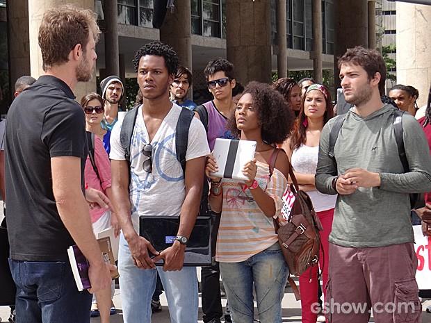 Alunos protestam contra as reprovações arbitrárias do professor Solano (Foto: Geração Brasil / TV Globo)