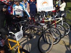 Bicicletas com dois lugares foram adquiridas para pedalada com deficientes visuais (Foto: Josmar Leite/RBS TV)