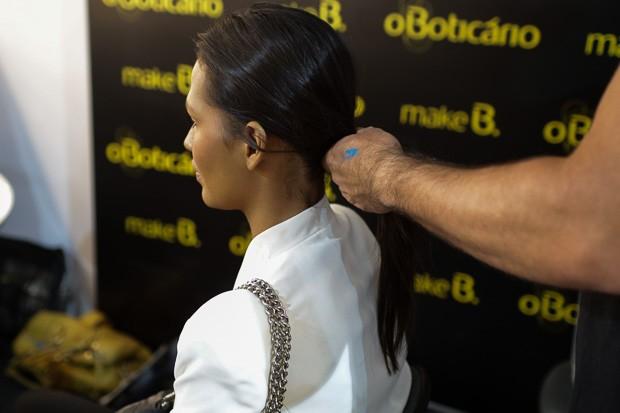 Reparta o cabelo ao meio e passe um spray fixador. Em seguida, amarre os fios para trs, como um rabo de cavalo simples (Foto: Felipe Costa e Andr Bittencourt)