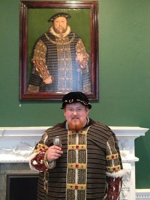 Com roupas muito parecidas, homem postou foto ao lado de seu 'irmão gêmeo', rei da Inglaterra durante o século XVI (Foto: Reprodução)