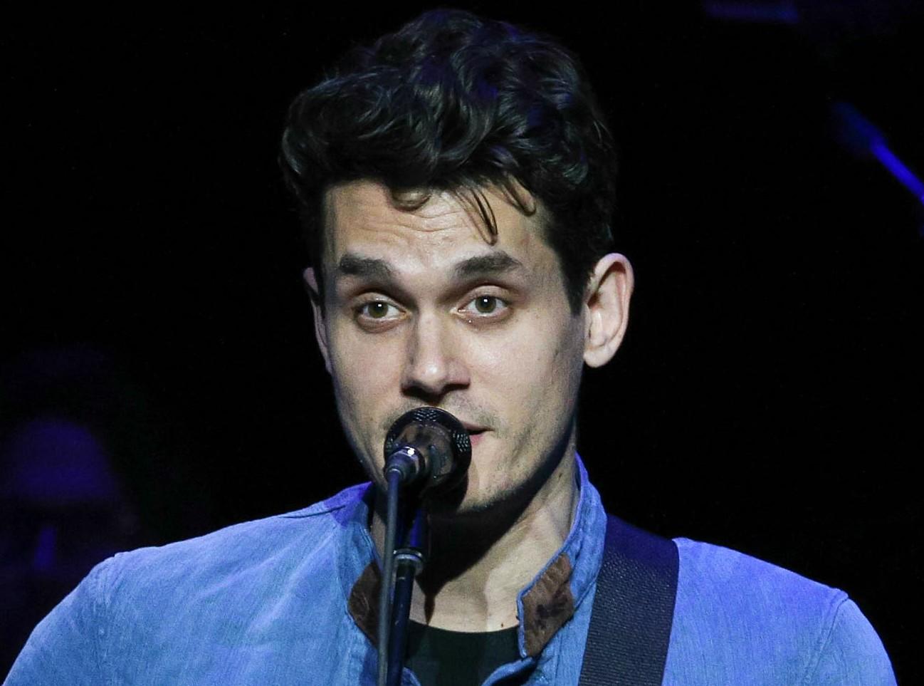 """John Mayer usou uma expressão racista ao ser entrevistado por uma revista dos EUA. Claro que a repercussão foi péssima. O cantor, então, se viu obrigado a pediu desculpas via Twitter: """"Foi arrogante da minha parte pensar que eu poderia intelectualizar o uso [da palavra], porque percebi que não existe intelectualização para um termo tão carregado de paixões"""". (Foto: Getty Images)"""