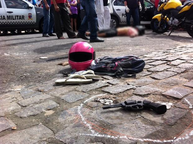 Um suspeito morreu no local e outro foi levado para o hospital com um tiro na mão (Foto: Matheus Magalhães/G1)