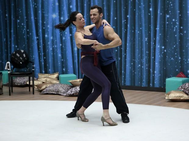 Vanessa ensaiando pesado com seu professor  (Foto: Felipe Monteiro / TV Globo)