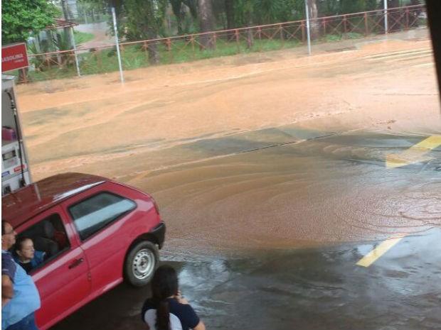 Clientes ficaram ilhados em posto de combustíveis de São Roque (Foto: Jamille Pires/Arquivo pessoal)