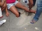 Asfalto cede e mulher cai em buraco em rua de Vitória