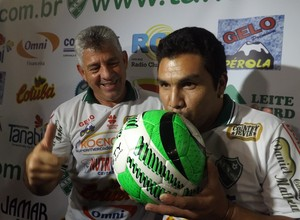 Cabañas beija bola na chegada a Tanabi (Foto: Marcos Lavezo)
