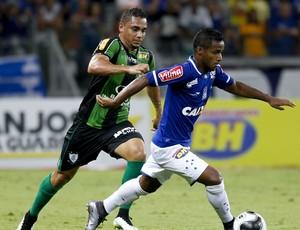 Bryan e Élber disputam bola no clássico Cruzeiro x América-MG (Foto: Washington Alves / Lightpress)