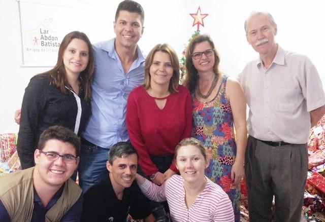 Equipe da RBS TV e representantes da instituição (Foto: RBS TV/Divulgação)