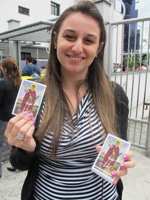 Giovanna entregou santinhos aos candidatos para cumprir promessa (Foto: Rafael Sampaio/G1)