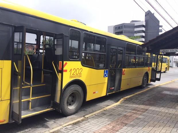 Ônibus ficou parado por mais de duas horas para retirada do corpo (Foto: Cinthia Raasch/Divulgação)