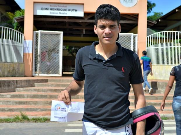 SÁBADO (8) – CRUZEIRO DO SUL (AC) – o estudante Aladson Conceição da Silva, de 20 anos, vai fazer o Enem para tentar uma vaga em engenharia elétrica (Foto: Vanísia Nery/G1)