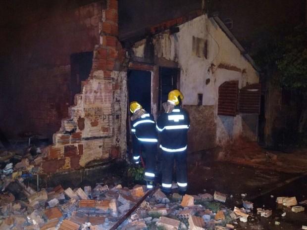 Foram gastos três mil litros para apagar o incêndio.  (Foto: Divulgação / Corpo de Bombeiros)