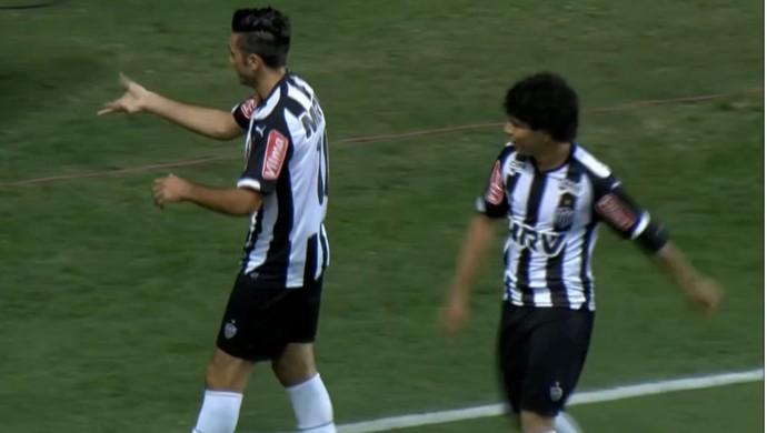 Dátolo comemra gol com a dança da torneira (Foto: Reprodução/TV Globo Minas)