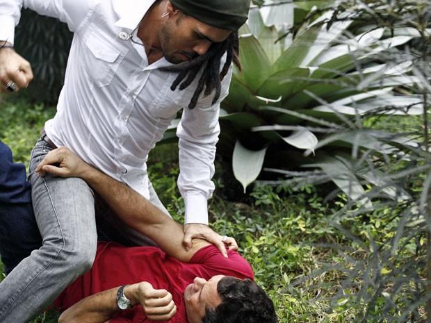Ninho perde a cabeça e agride Bruno (Foto: Amor à Vida/TV Globo)