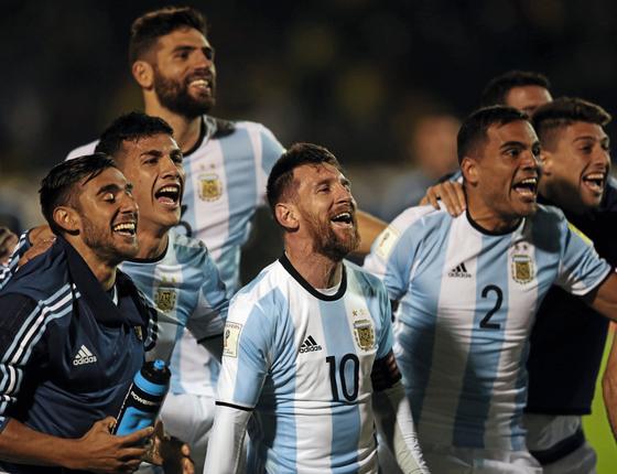 Messi e seus companheiros comemoram a classificação para a Copa (Foto:  Edgard Garrido/REUTERS)
