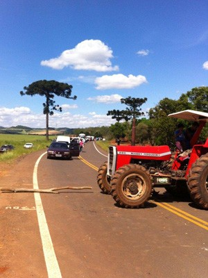 Máquinas agrícolas fecharam rodovia na Região Norte do RS (Foto: Zete Padilha/RBS TV)