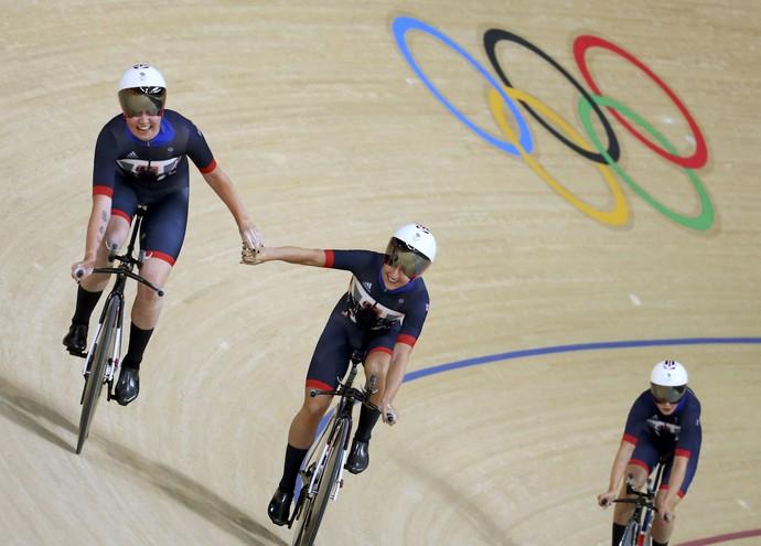 Laura Trott e Kate Archibald celebram recorde mundial na pista de ciclismo do Rio (Foto: Reuters)