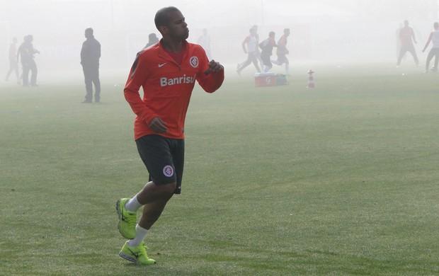 Gabriel corre no gramado enquanto companheiros realizam treino sob forte neblina (Foto: Tomás Hammes / GLOBOESPORTE.COM)