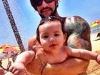Ex-BBB Rodrigo mostra filha se divertindo na praia
