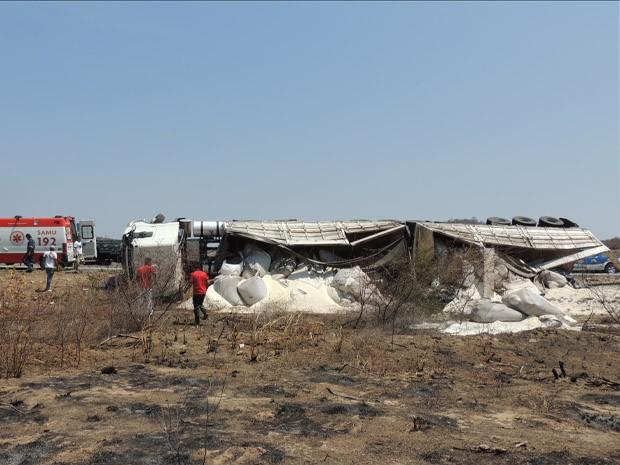 caminhão com carga de açúcar tomba na bahia (Foto: Lay Amorim/Brumado Notícias)