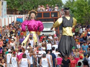 Encontros dos bonecos 'Chicona' e 'Anhanguera', ponto alto da passagem do bloco A Banda 2015 no Amapá (Foto: Gabriel Penha/G1-AP)