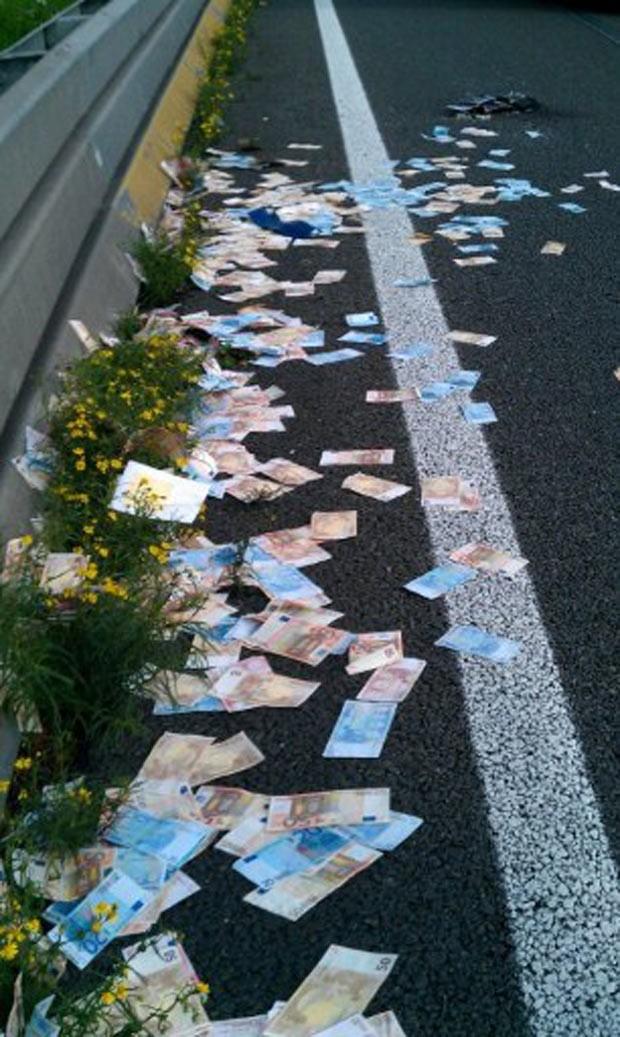 Caixa com as notas de dinheiro caiu de um carro forte. (Foto: Rudy Bouma/AFP)