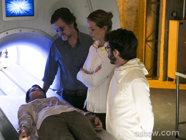 LC e Angelique avisam que ninguém pode saber que Joana está na Comunidade (Foto: Felipe Monteiro/TV Globo)