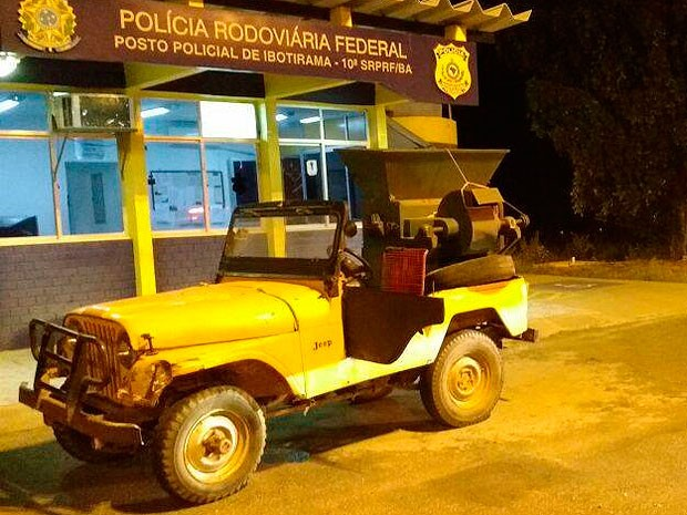Carro transportava na carroceria uma máquina de debulhar feijão (Foto: Divulgação/PRF)