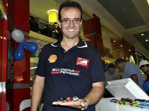 Ricardo Rodrigues com a coleção de carrinhos em miniatura em Campinas (Foto: Luciano Calafiori/G1)
