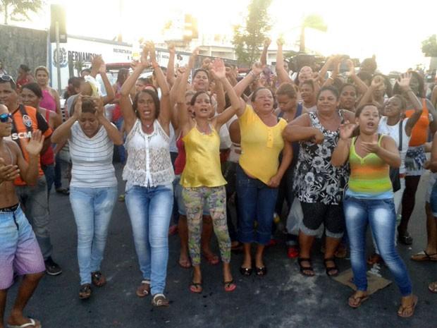 Do lado de fora do Complexo Prisional do Curado, familiares clamam por informações sobre feridos. (Foto: Luna Markman / G1)