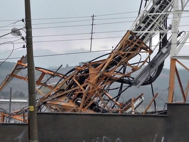 Ventos chegaram a 36km/h e causaram estragos em Poços de Caldas (MG) (Foto: Reprodução EPTV)