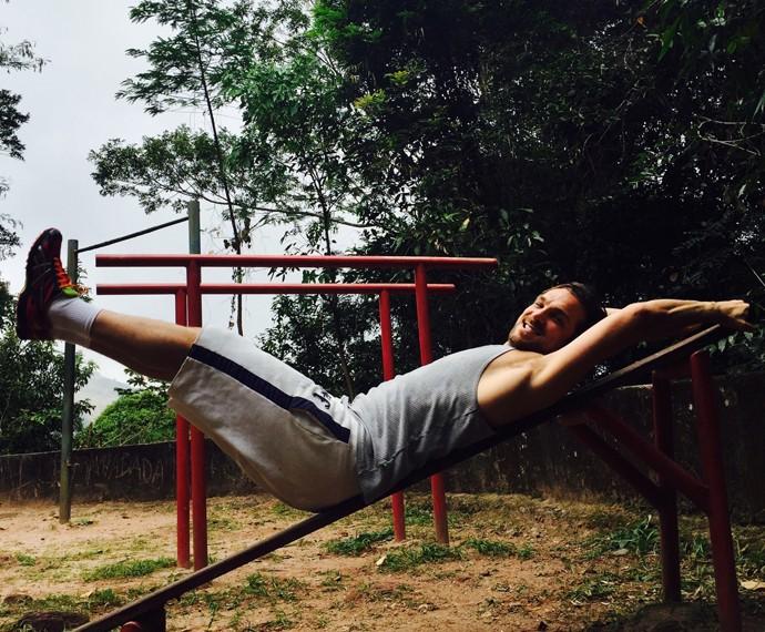 Igor Rickli faz abdominal para manter (Foto: Arquivo Pessoal)
