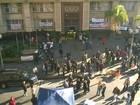 Em protesto, servidores bloqueiam prédio da prefeitura de Porto Alegre