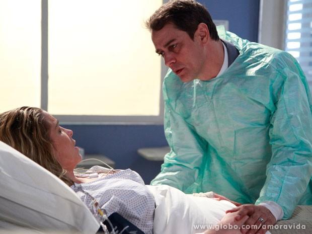 Eron fica muito feliz em ver Amarilys se recuperando (Foto: Amor à Vida/ TV Globo)