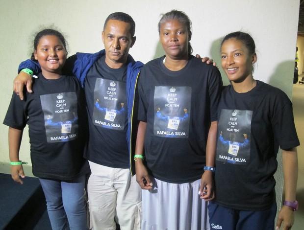 Família de Rafaela Silva com camisa comemorativa para a judoca campeã (Foto: Thierry Gozzer)