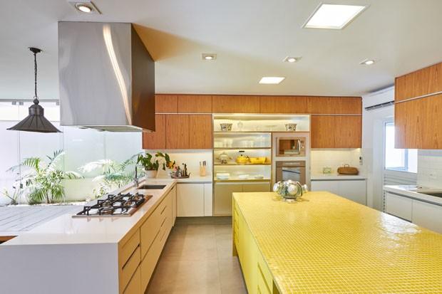Itens de design levam sofisticação para apartamento com décor neutro  (Foto: Divulgação)