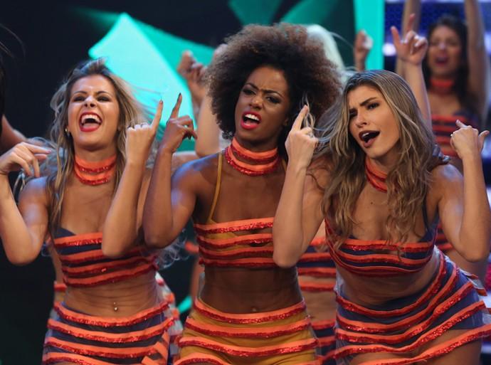 Bailarinas se divertem no palco do 'Domingão' (Foto: Carol Caminha / Gshow)