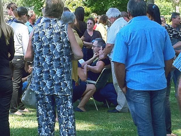 Dona Nilda desmaiou ao ver corpo do filho sendo enterrado em Santa Maria (Foto: Roberta Lemes/G1)