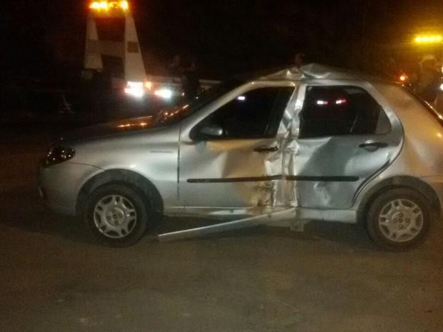 Carro foi atingido pela moto na MG-050 em Divinópolis (Foto: Polícia Rodoviária Militar/Divulgação)