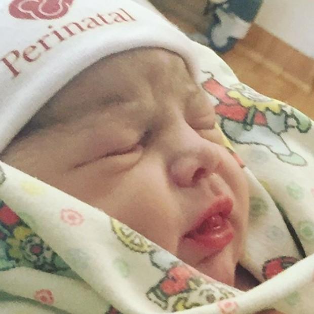 Maria, filha de Felipe Simas e Mariana Uhlmann, nasceu em maternidade do Rio de Janeiro (Foto: Reprodução/Instagram)