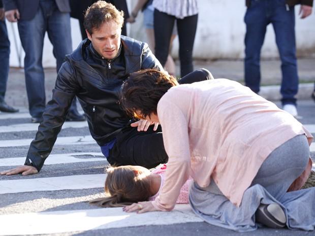 Fábio e Manoela não conseguem evitar que Ciça seja atropelada e se desesperam (Foto: Guerra dos Sexos/ TV Globo)