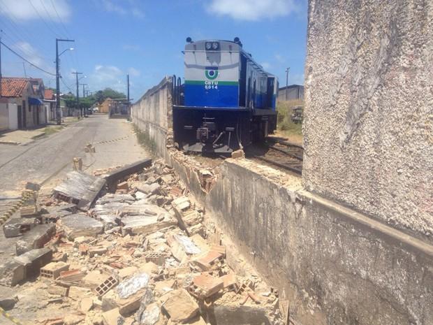 Locomotiva derrubou muro da estação após sair dos trilhos (Foto: Walter Paparazzo/G1)